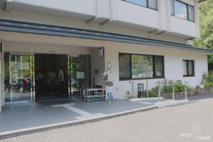 Neben dem Eingang sieht man den Aufsteller von Chihaya.