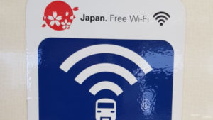 Logo Free Wifi in dem Tokyo Monorail.