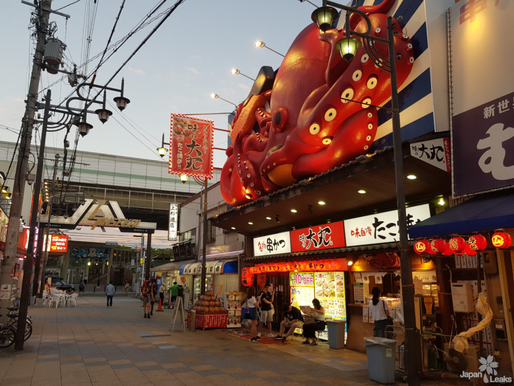 Foto eines Restaurants mit großer Kraken-Werbung.