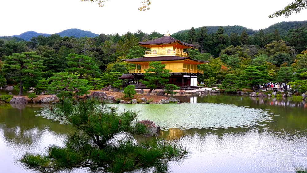 Der Goldene Tempel Kinkaku ist eine der bedeutensten Sehenswürdigkeiten Japans.
