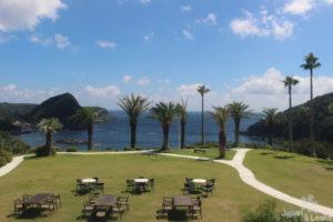 Der Sitzbereich des Tokyu Hotels in Shimoda mit Ausblick auf das Meer.