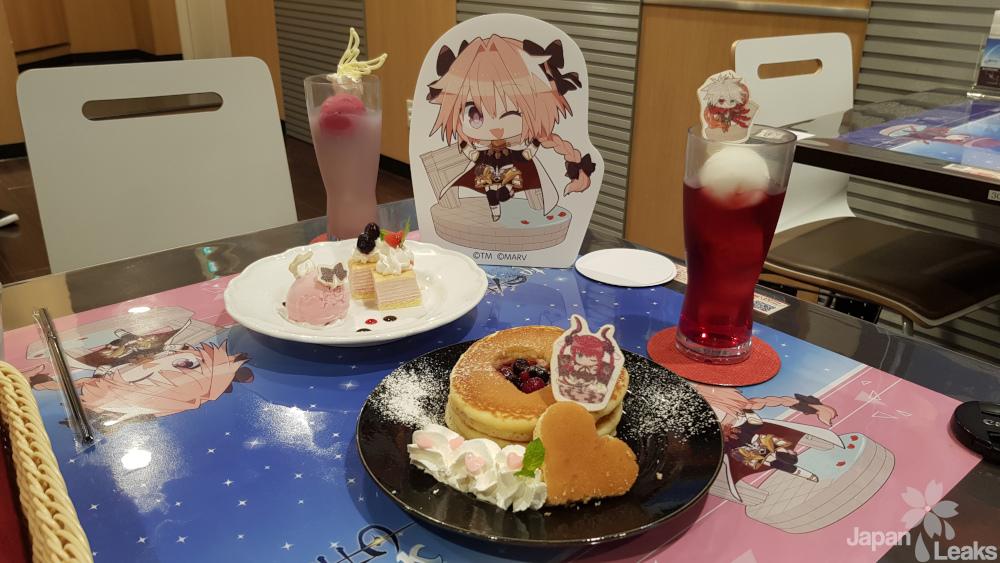 Getränke und Desserts im Fate Cafe in Denden Town.