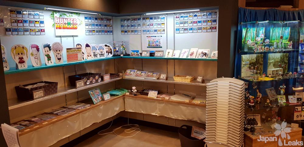 Merchandise-Bereich im Animate Cafe Inkebukuro zu Hunter X Hunter.