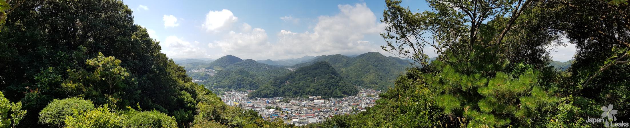 Ausblick auf die Stadt und die Berge Shimodas.