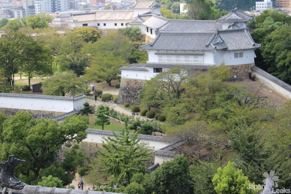 Ein Ausblick auf das Burggelände Himejis.