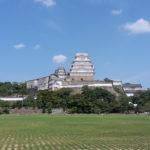 Sicht auf die Burg Himeji über ein Feld.