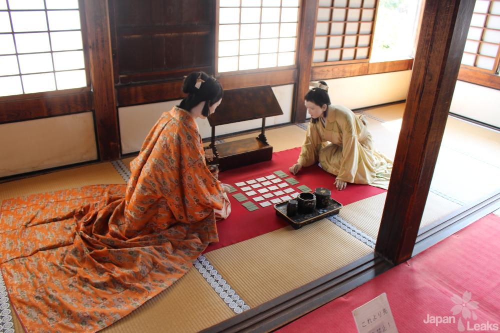 Aus der Ausstellung: Zwei Prinzessinnen spielen Karuta