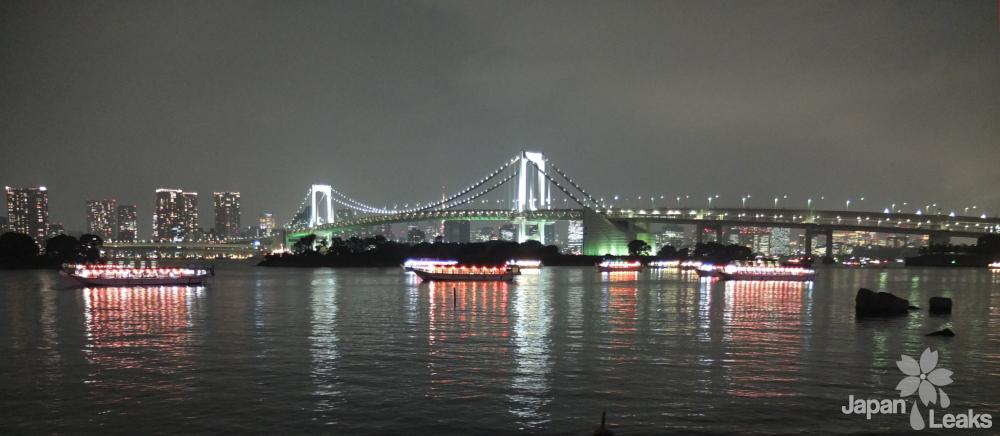 Blick auf die Rainbow Bridge bei Nacht.