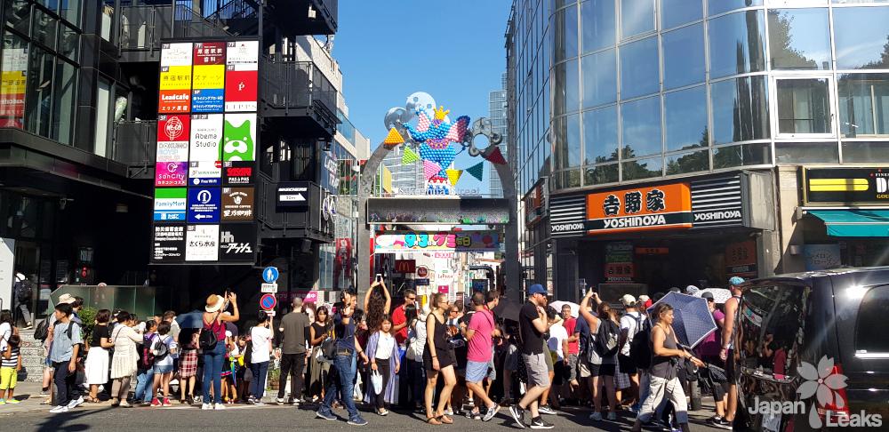 Der Eingang zu Harajukus Tekeshita Straße.