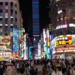 Blick auf den Kabukicho Bereich Shinjukus.