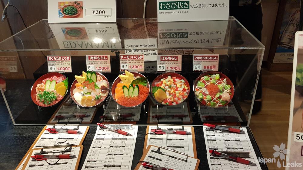 Ein Stand im Onsen Monogatari mit Essen.