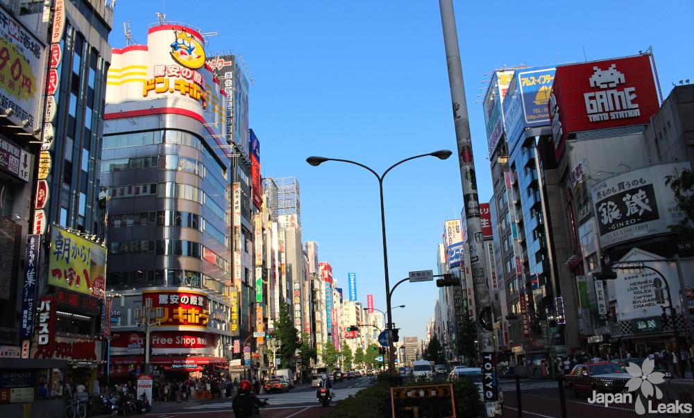 Foto einer Straße in Shinjuku.