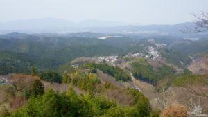 Aussicht auf die kleine Siedlung in Yoshinoyama vom Hanayagura Aussichtspunkt.