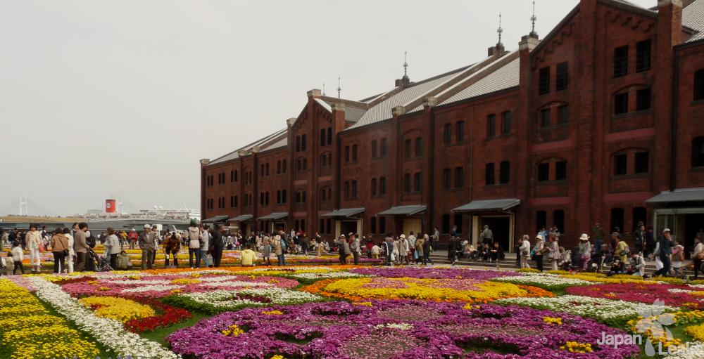 Foto des Red Brick Warehouse mit Blumenbeet.