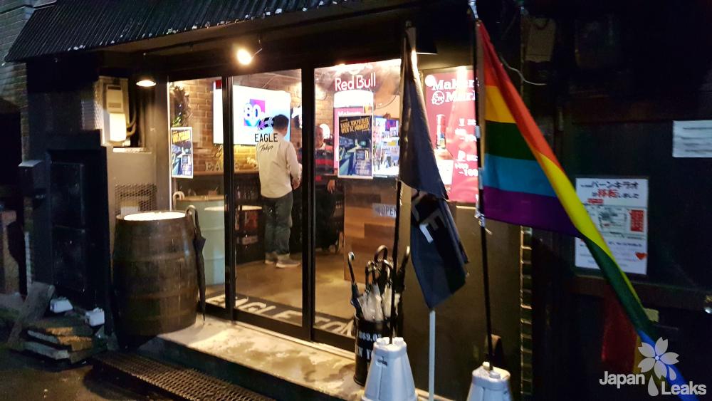 Foto des Eingangs zur Eagle Tokyo Bar