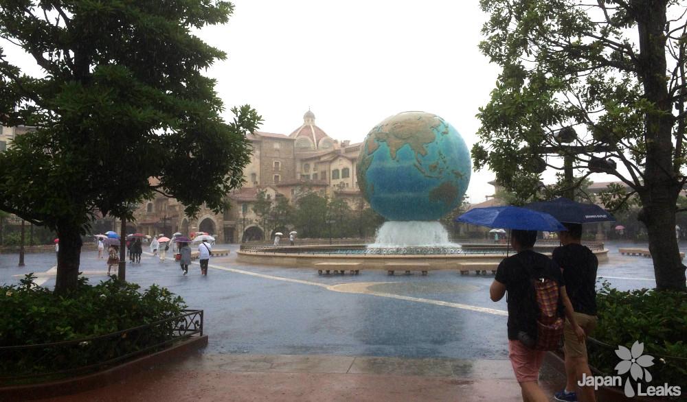 Eingangsbereich von Disney Sea in Tokyo bei strömendem Regen.