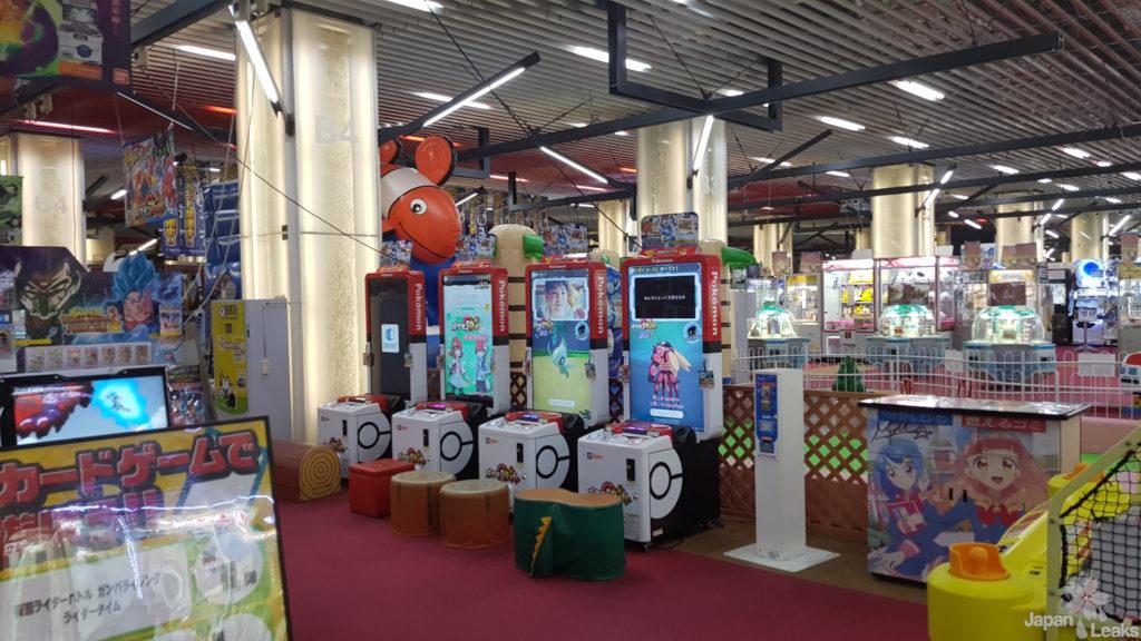 Ein Game Arcade Center von Innen mit Arcade Games zum Thema Pokemon.
