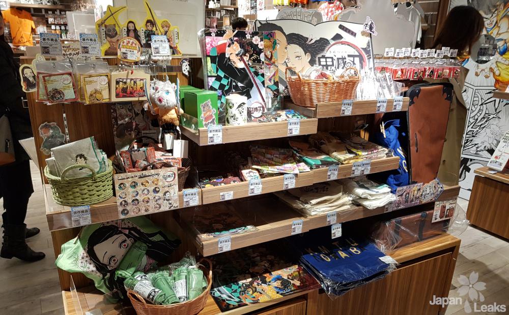 Foto einiger Produkte zu Demon Slayer in einem Jump Store.