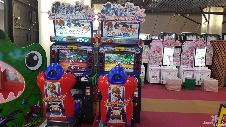 Game Arcade Center von Innen mit Sicht auf Mario Kart Konsolen.