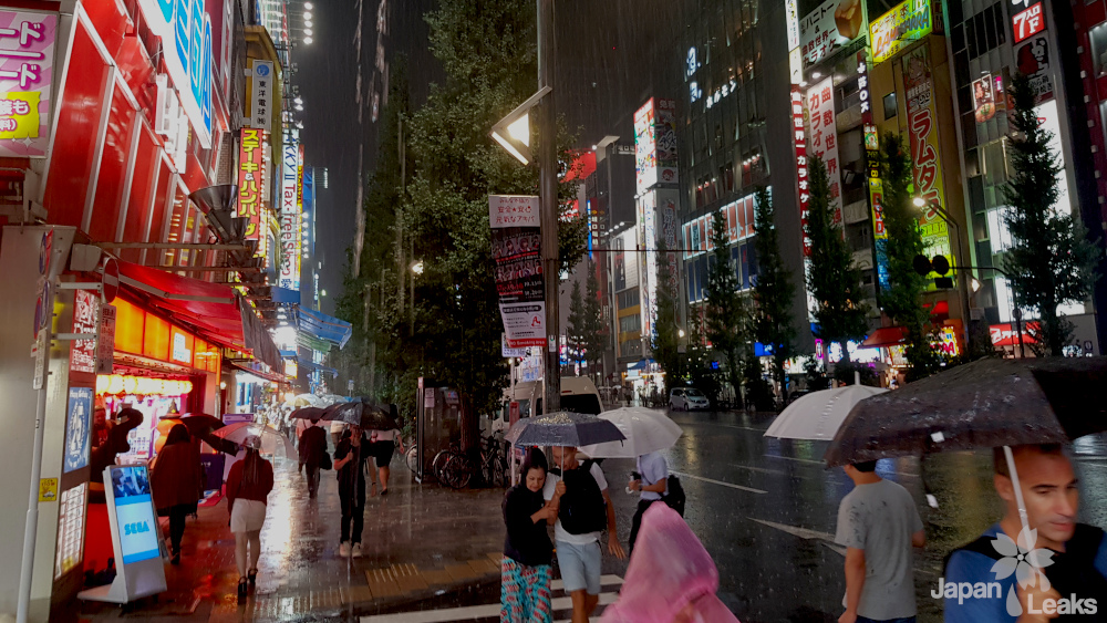 Starker Regenfall in Akihabara in Tokyo.
