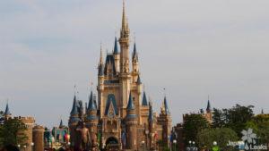 Foto des Disneyschlosses im Zentrum vom Disneyland Tokyo.