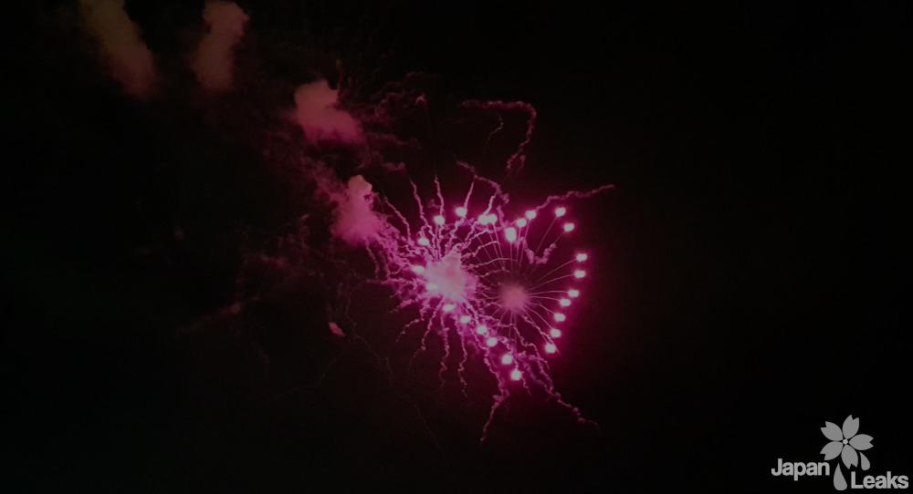 Foto eines Feuerwerks in Herzform.