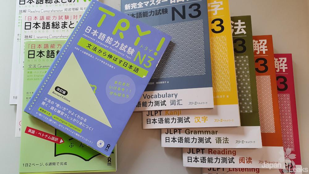 Einige Lehrbücher zum Japanischlernen.