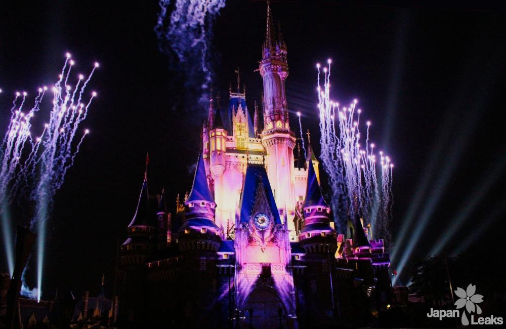 Foto des Disneyschlosses während einer Show am Abend