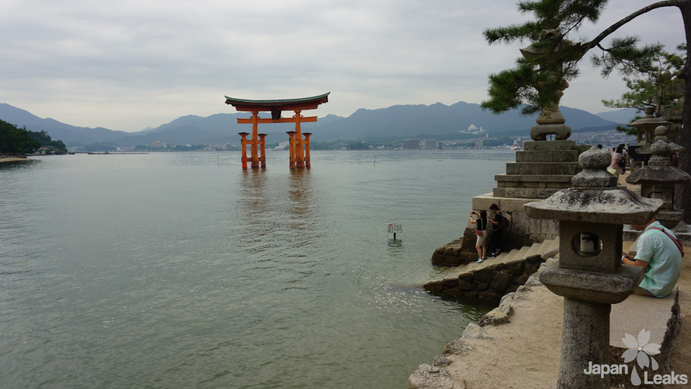 Blick auf das vom Wasser umgebene Torii
