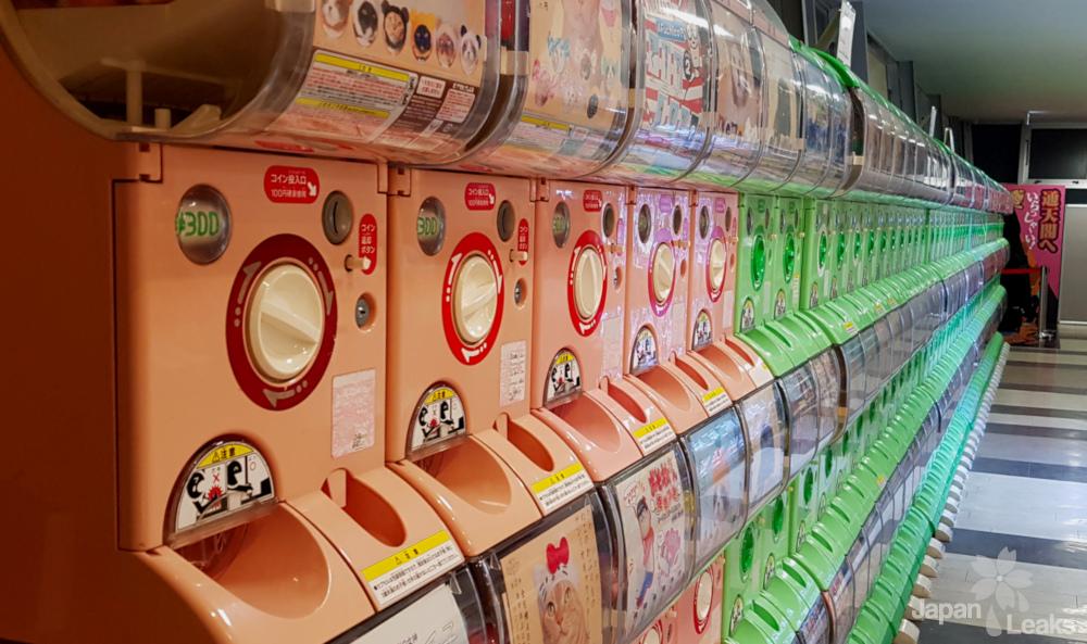 Foto einer Reihe Gacha Automaten