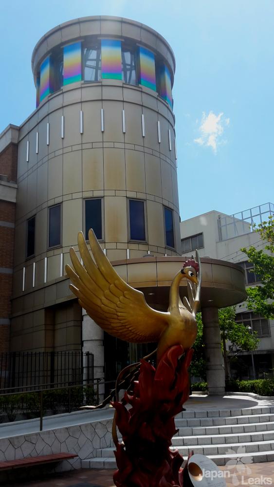 Foto des Phönix vor dem Eingang des Ozamu Tezuka Museums.