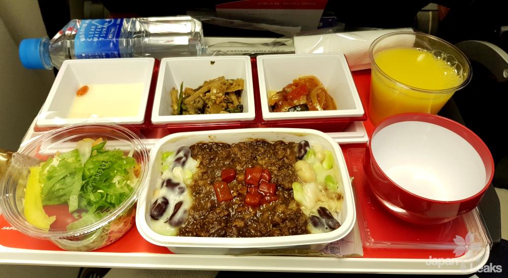Foto einer Mahlzeit im Flugzeug