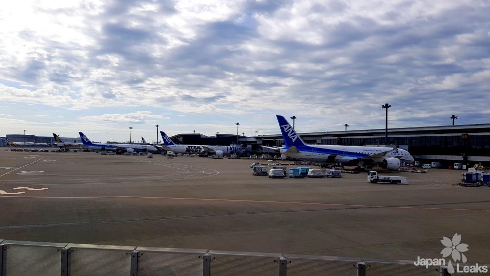 Blick aus dem Fenster am Flughafen mit Sicht auf einige Flugzeuge.