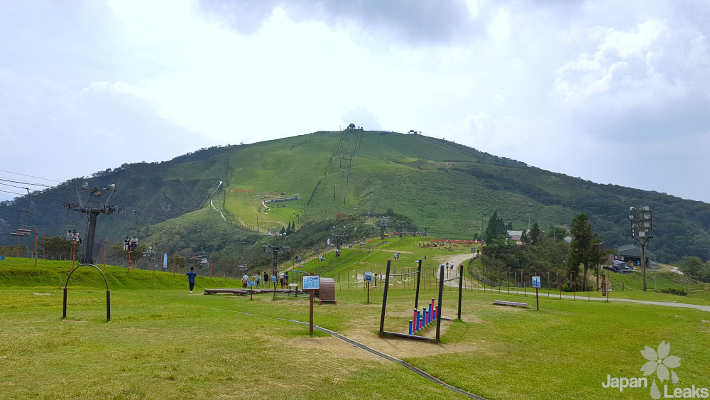 Das langezogene Plateau auf dem Berg Horai im Sommer