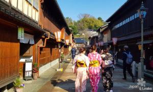 Foto as Higashi Chaya mit einigen Frauen im Yukata.