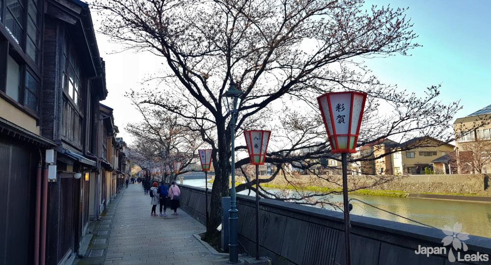 Wohnhäuser am Asano Fluss.