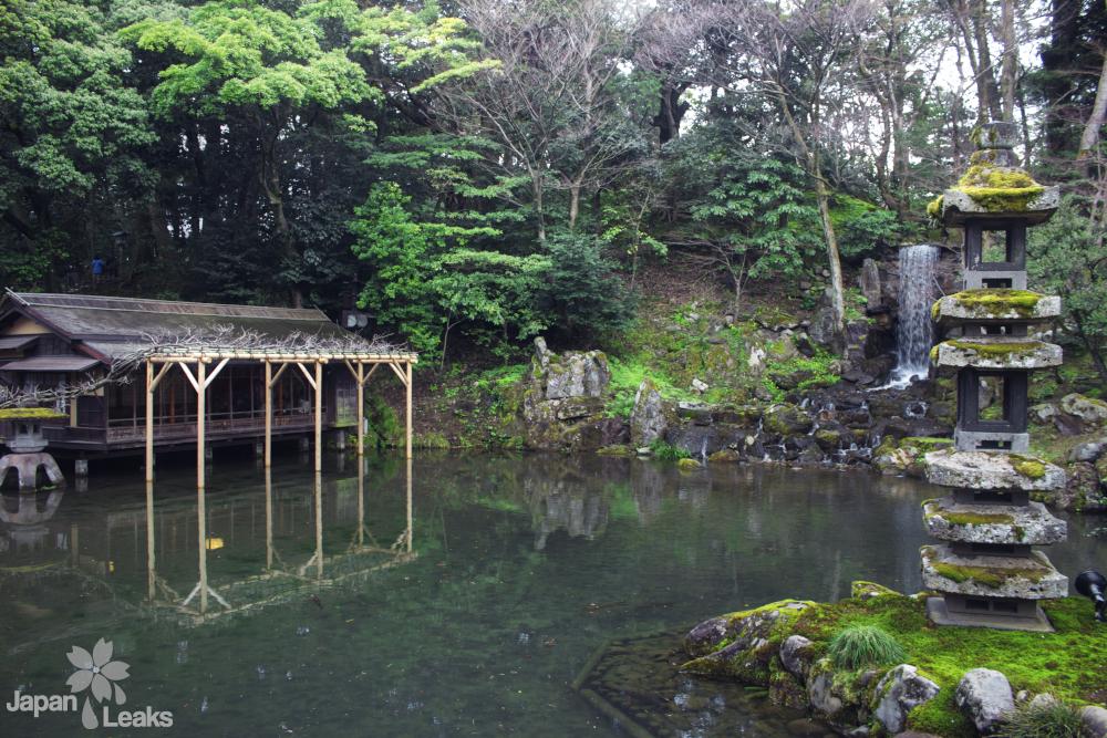 Foto eines Bereiches mit Wasserfall und Steinlaterne im Garten Kenroku-en in Kanazawa.