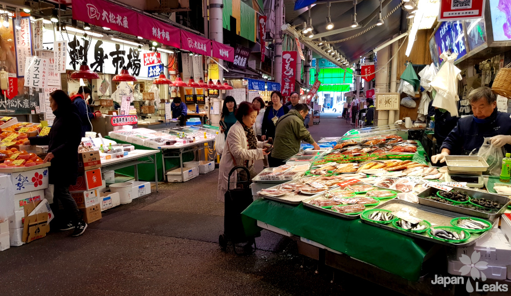 Verkaufsstände an Kanazawas Omicho Martk.