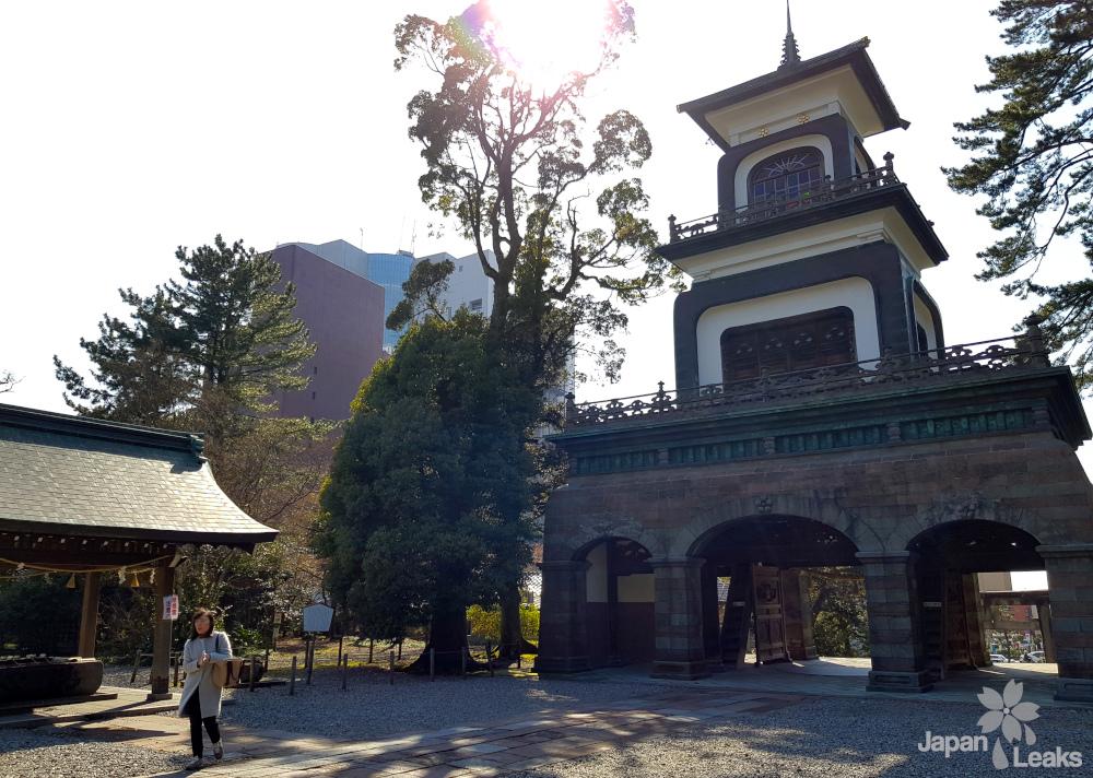 Das Tor des Oyama Schreins.