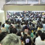 Eine große Menschenmenge am Bahnhof