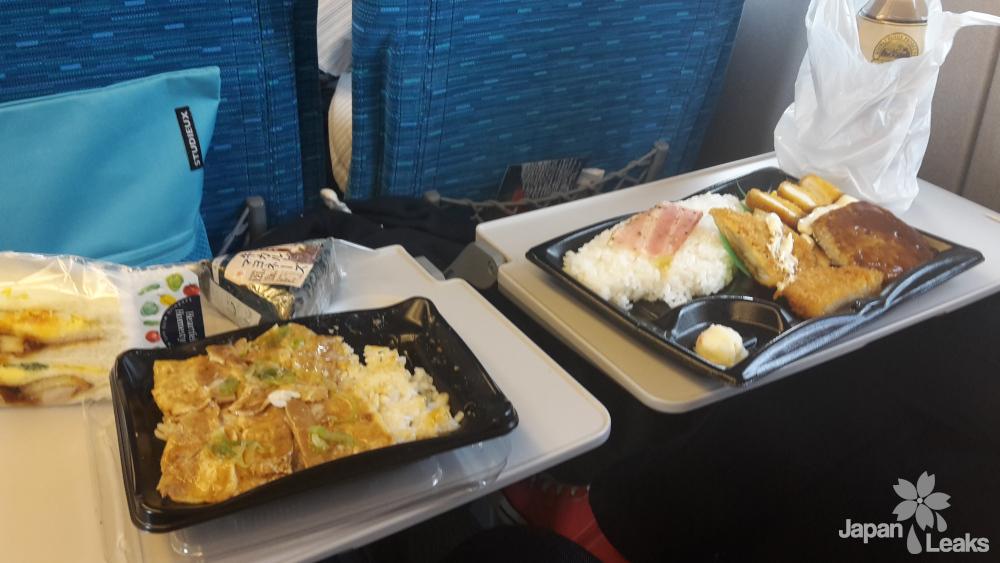 Zwei Bentos auf den Klapptischen im Shinkansen