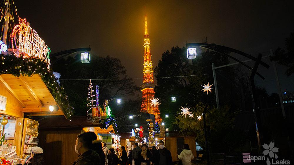 Blick auf den Tokyo Tower vom Tokyo Weihnachtsmarkt