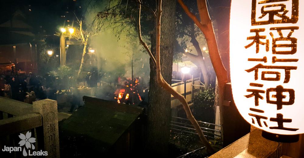 Freudenfeuer an einem Schrein in Ueno zu Neujahr