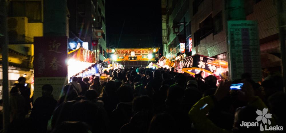 Kanda Schrein in der Neujahrsnacht mit vielen Besuchern
