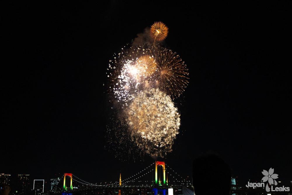 Feuerwerk über der Rainbow Bridge in Tokyo