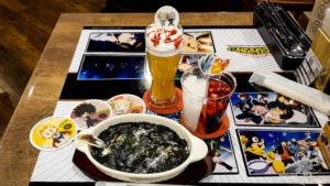 Foto von Getränken und Essen im Animate Cafe.