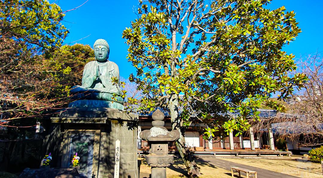 Buddha Statue am Tempel Tennoji in Tokyo