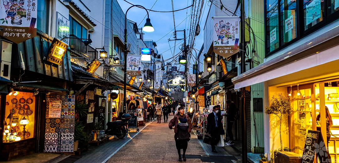 Foto der Ladenstraße Yanaka Ginza am Abend