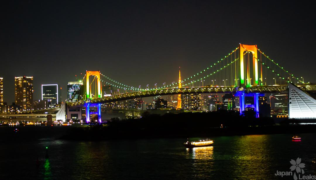 Foto der Rainbow Brigde in Tokyo am Abend.