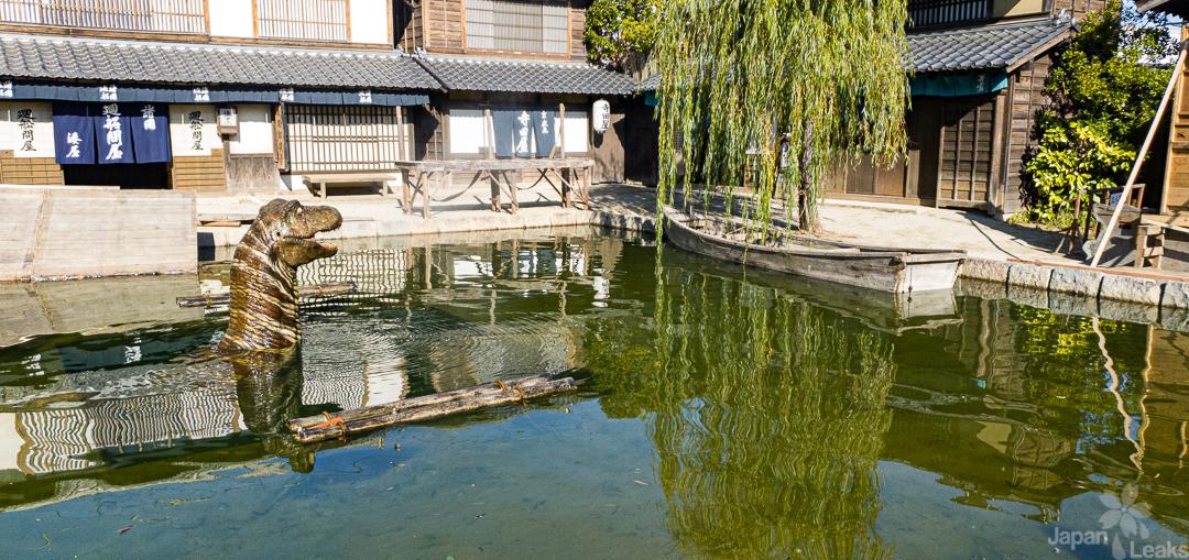 Foto des auftauchenden Seeungeheuers in einem Teich der Toei Studios